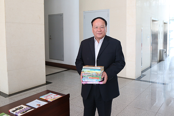 Group Hold A Donation Book Ceremony To Yingjisha County School
